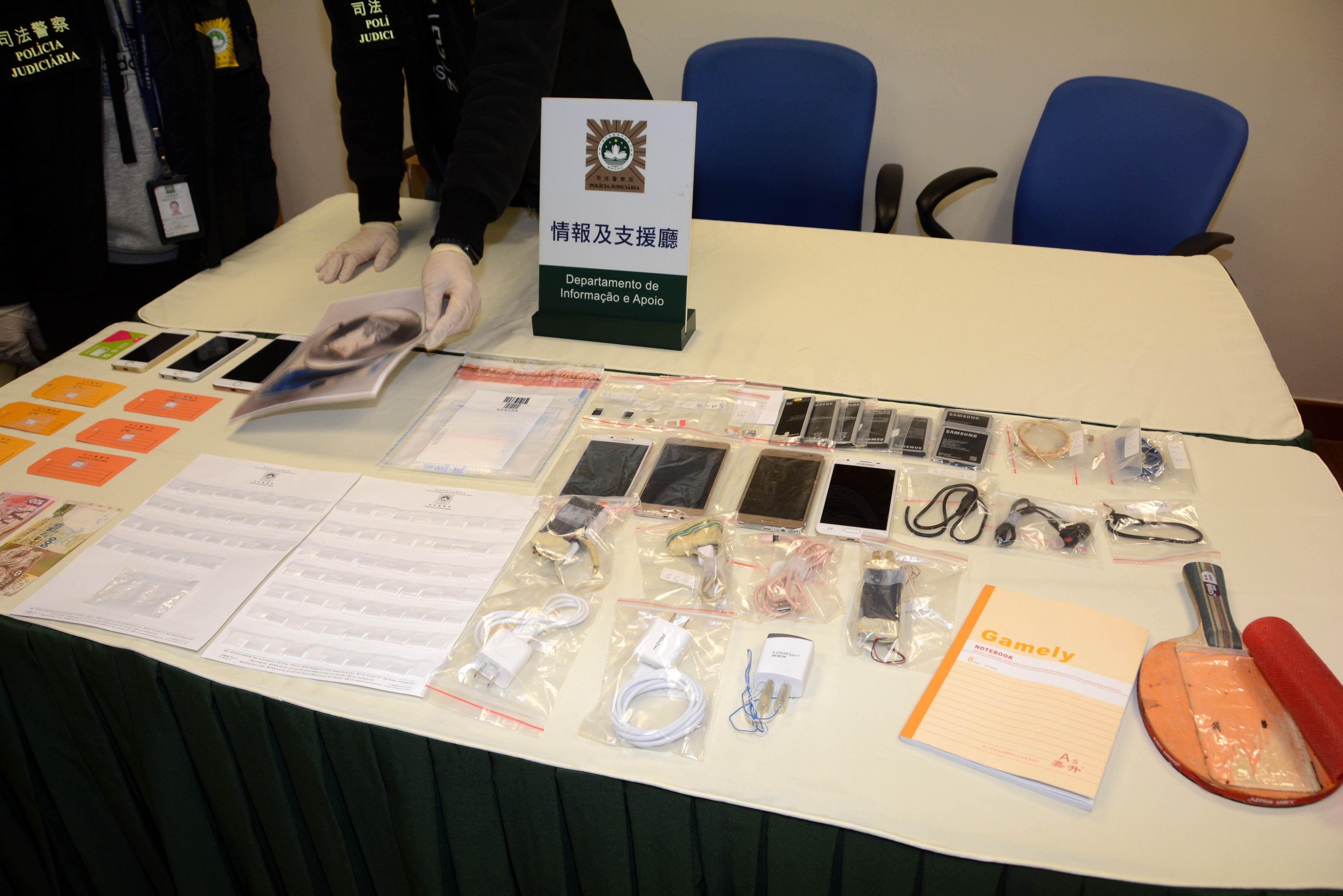 司警檢獲一批證物,包括用作犯案時使用的手提電話。