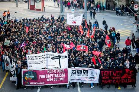 數百名反全球化示威入士今天在伯恩抗議。AP