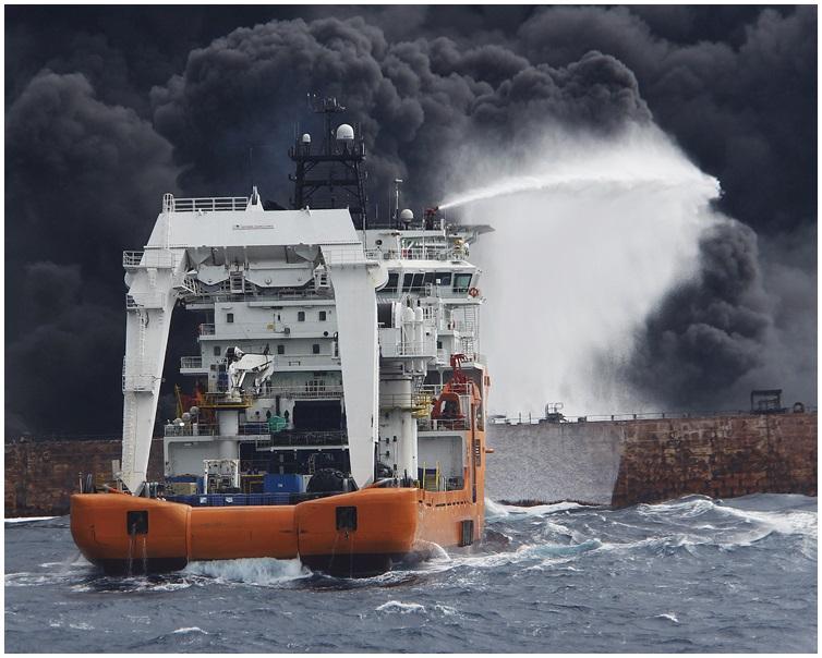 上海海事局的救援船向運油輪噴射泡沫降溫滅火。新華社