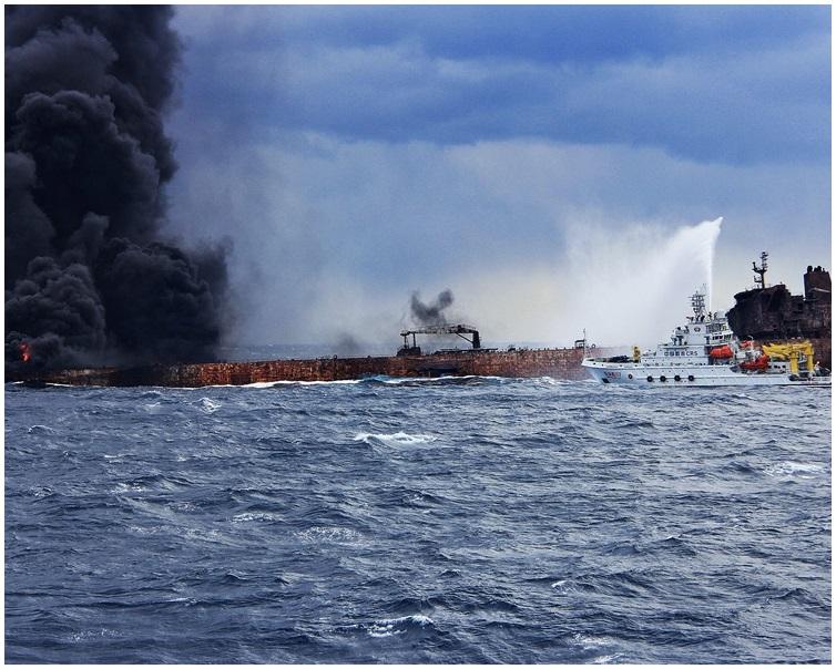 運油輪已燃燒超過七日。新華社