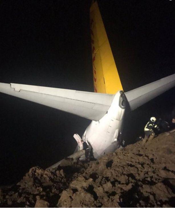 飛機滑出跑道陷入泥沼。圖:twitter