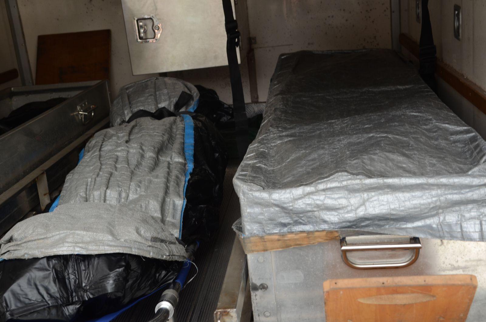 兩人遺體由仵工移送殮房。