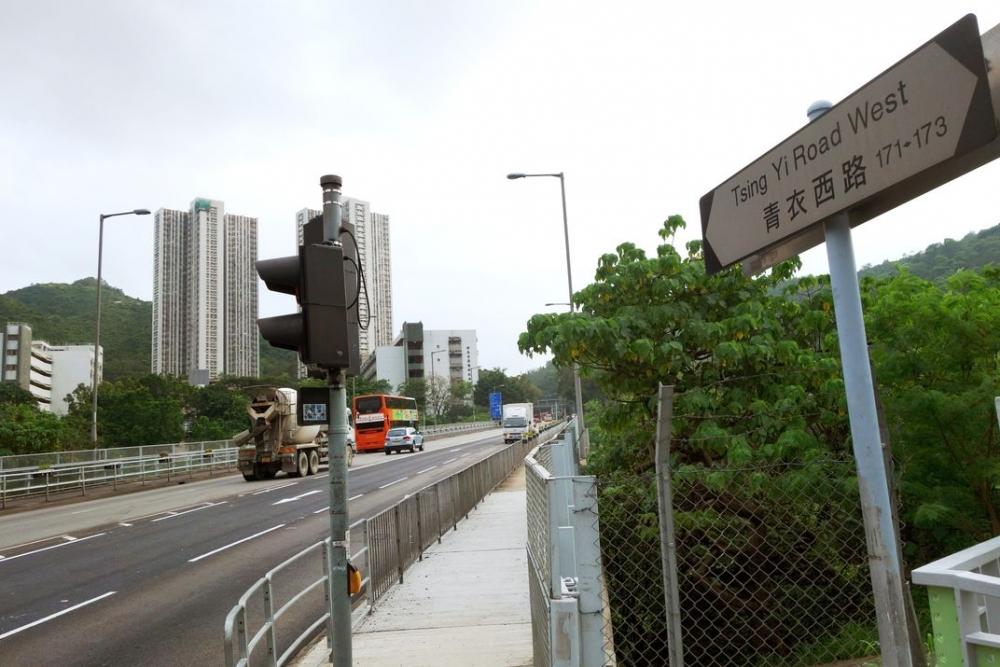 青衣西路行車天橋。資料圖片