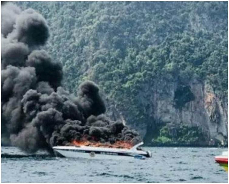 快艇由於發動機爆炸起火。網圖