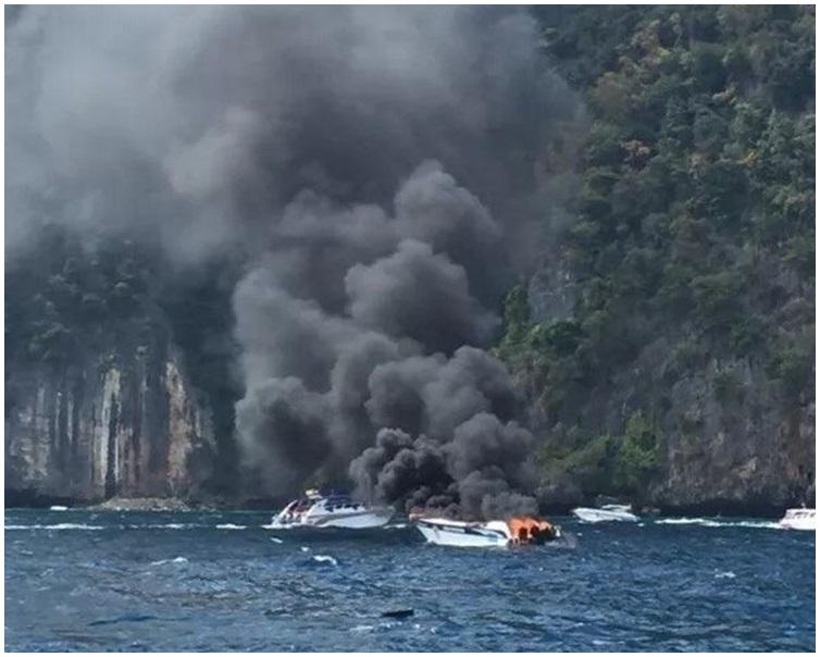 快艇爆炸後起火。網圖