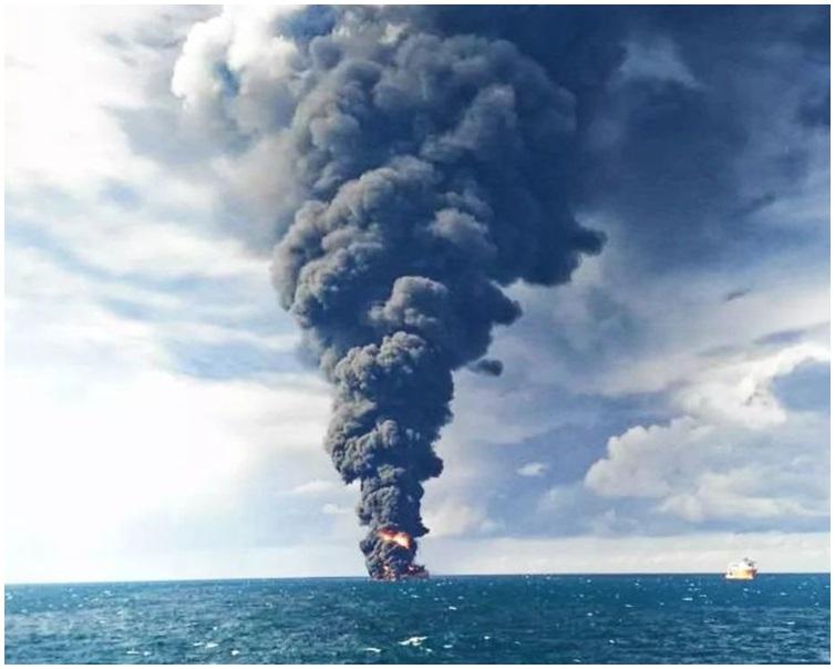船被濃煙籠罩,隨後被確定已經沉沒。