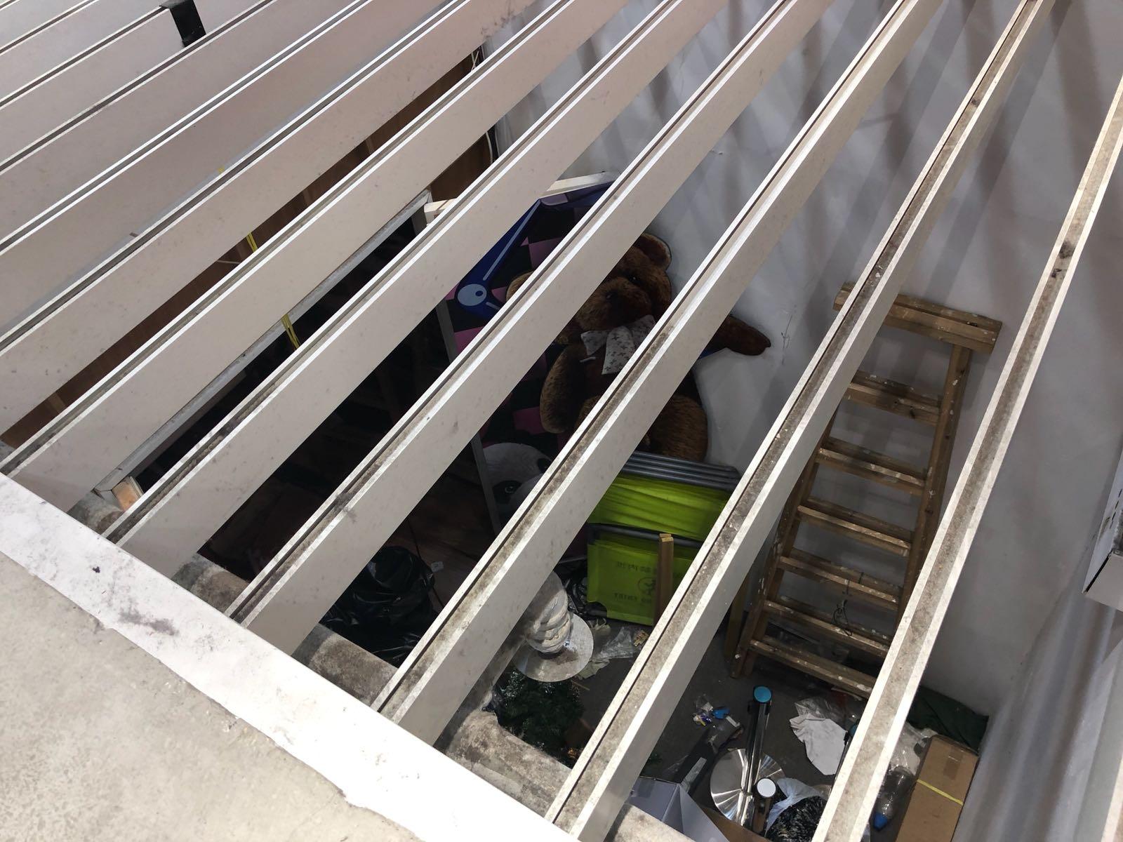地皇廣場地下大堂被大業主團封起,用作堆放雜物。