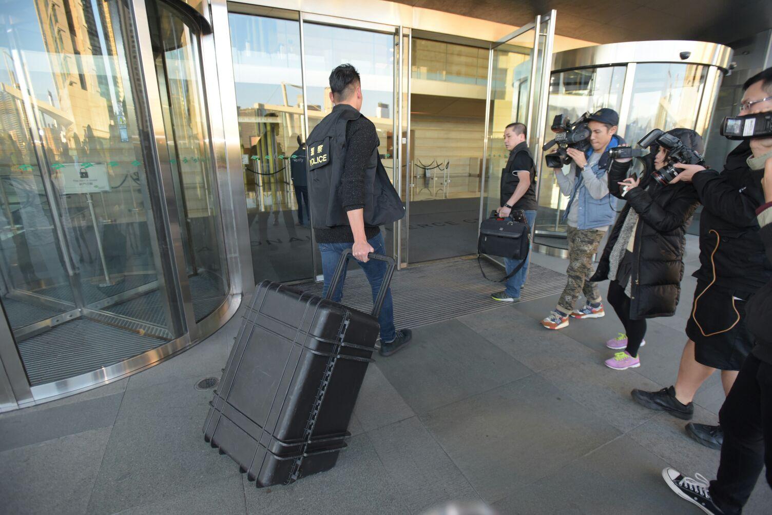 探員攜帶裝備上酒店房調查。黃文威攝