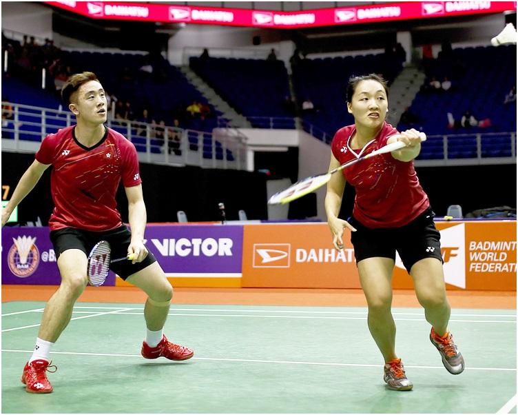 鄧俊文(左)及謝影雪在8強以直落兩局擊敗對手晉級四強。AP