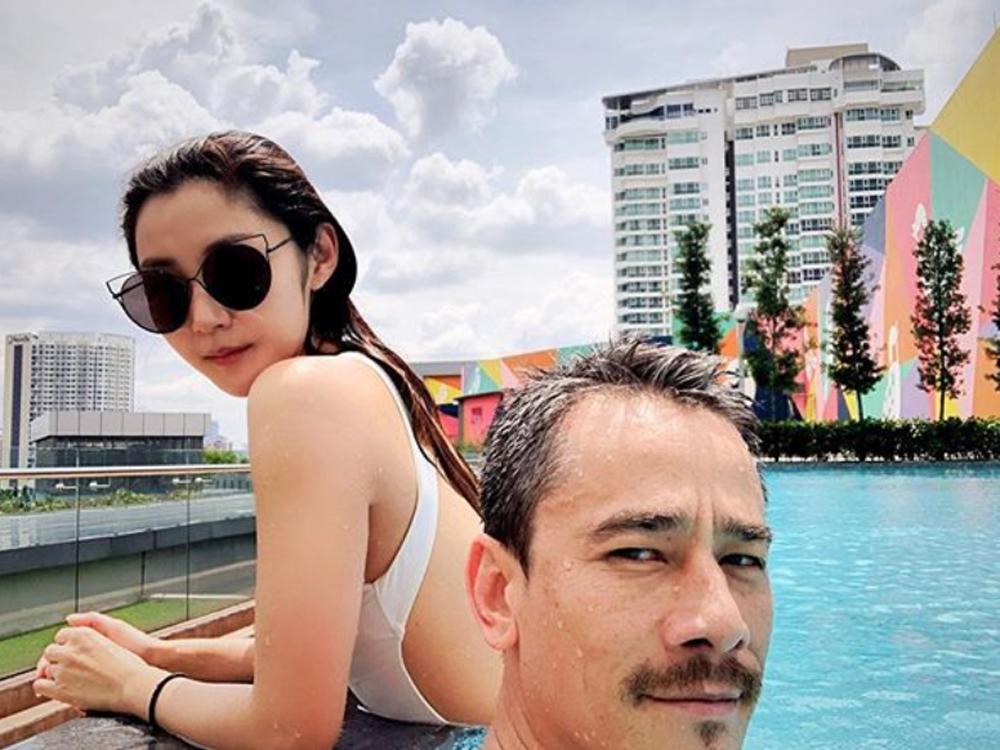 Michelle趁著放假,孖吳嘉龍去泳池游水曬太陽。