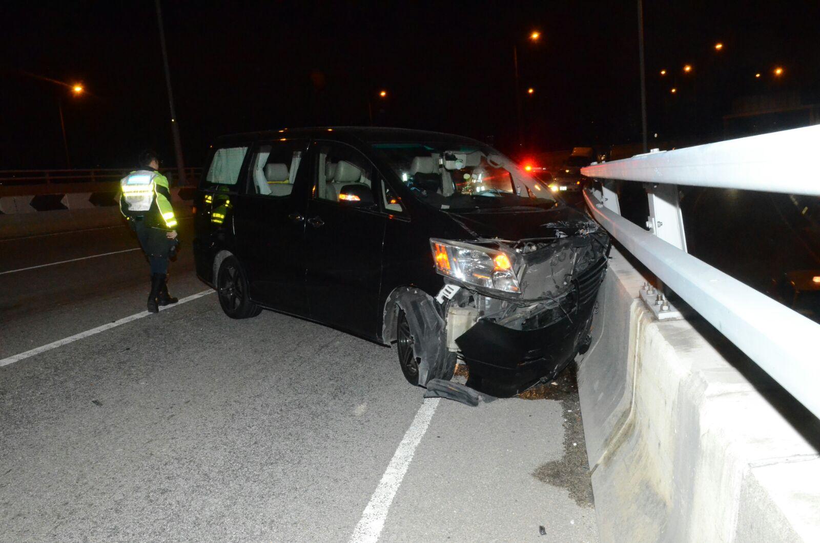 七人車車頭撞毀,氣袋彈出。蔡楚輝攝