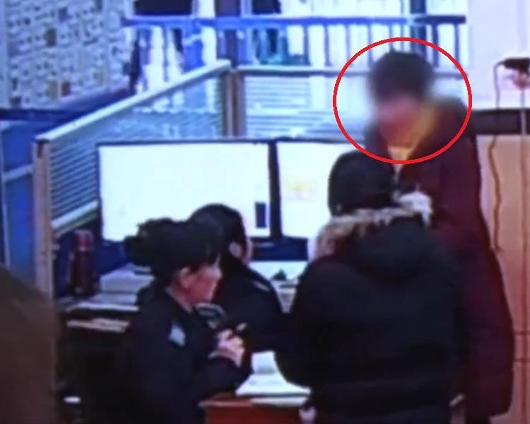 彭姓女子(紅圈者)因涉嫌非法持有彈藥被捕。網圖