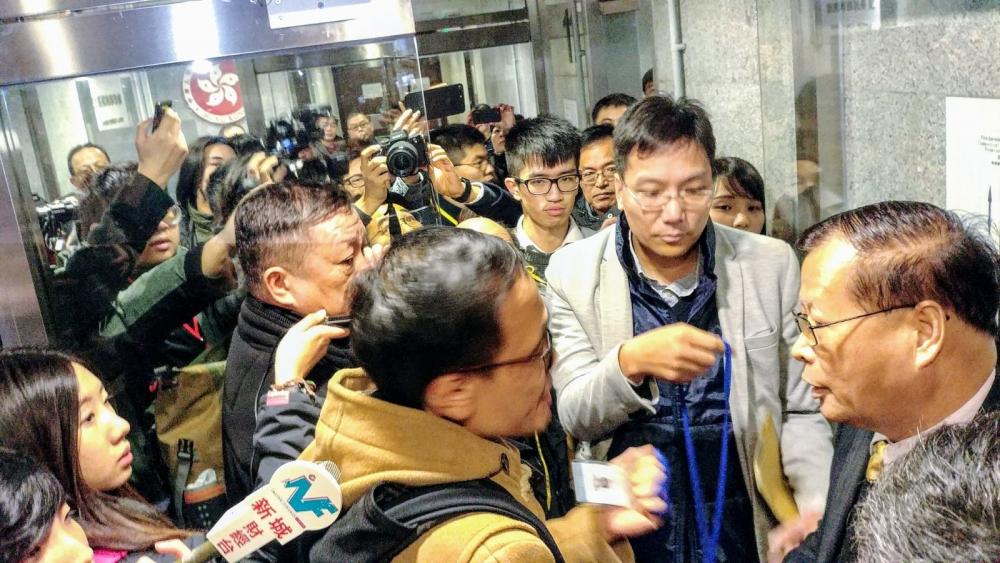 民主派到東區區議會要求旁聽會議被拒。