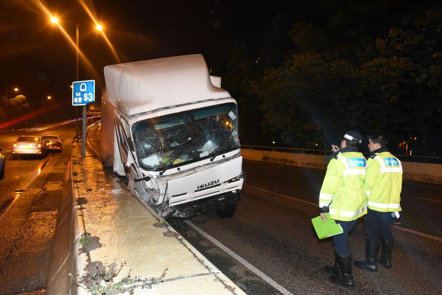 貨車率先發生意外撞壆。丁志雄攝
