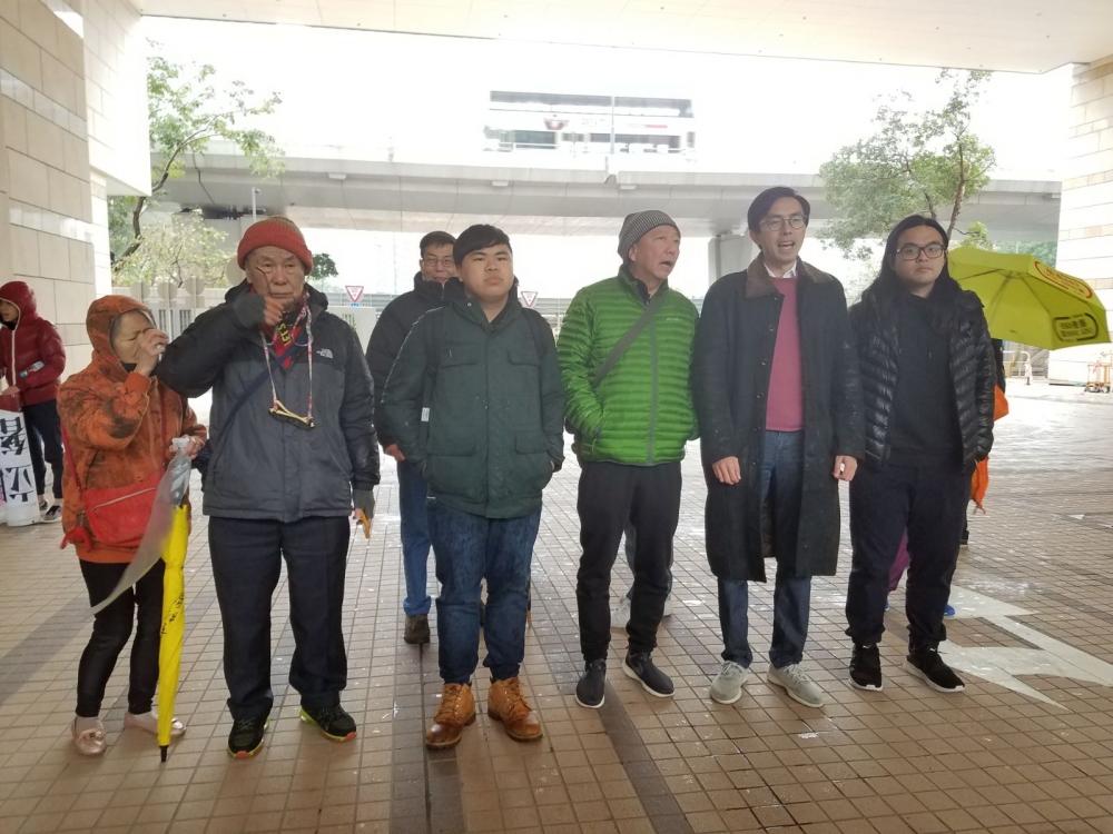 社民連主席吳文遠等人今早到庭。黃梓生攝