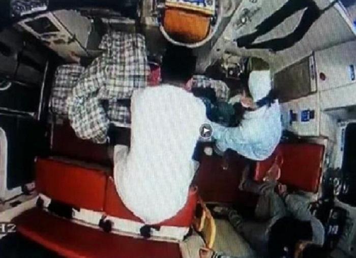 醫生在救護車上為小玲進行600次的心肺復甦。 網上圖片