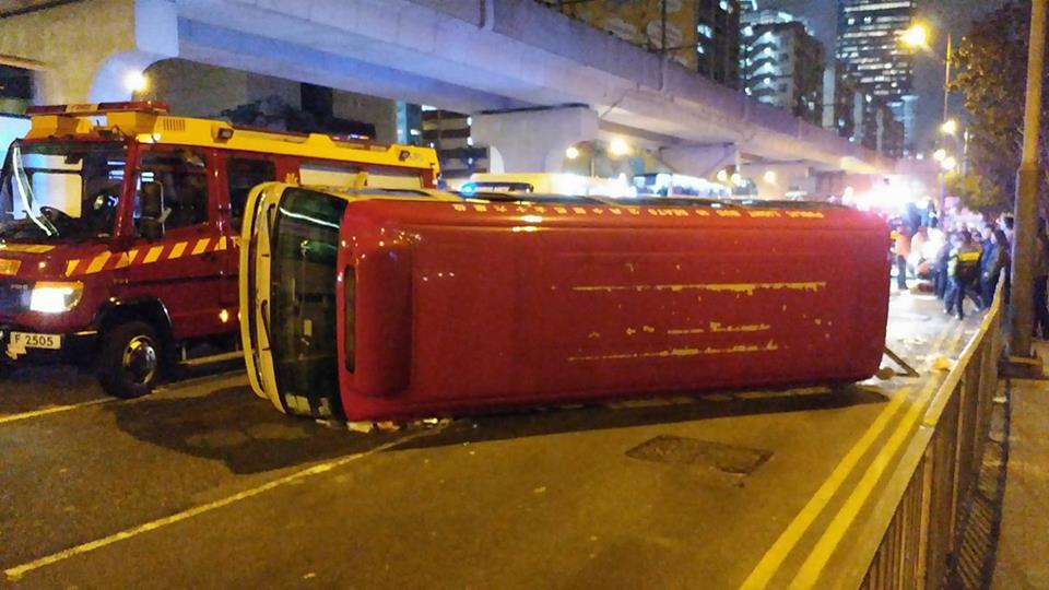 紅色小巴橫臥路面。網民Chun Law圖片