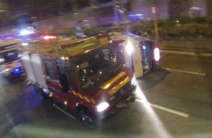 紅色小巴橫臥路面。網民Cho Kiu 圖片