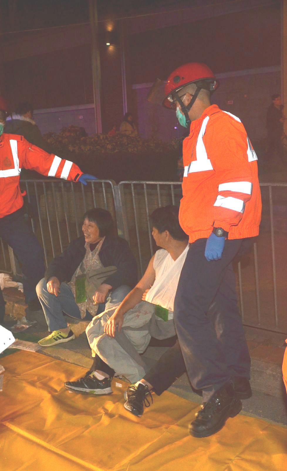 大批傷者等候救援