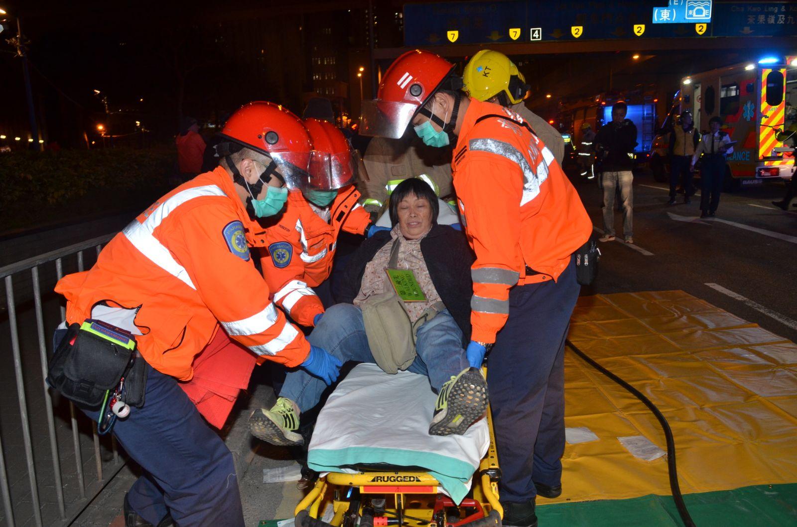 救護員將傷者送院