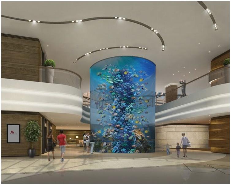 酒店大堂設計獨特,設有16米高圓柱形水族舘。