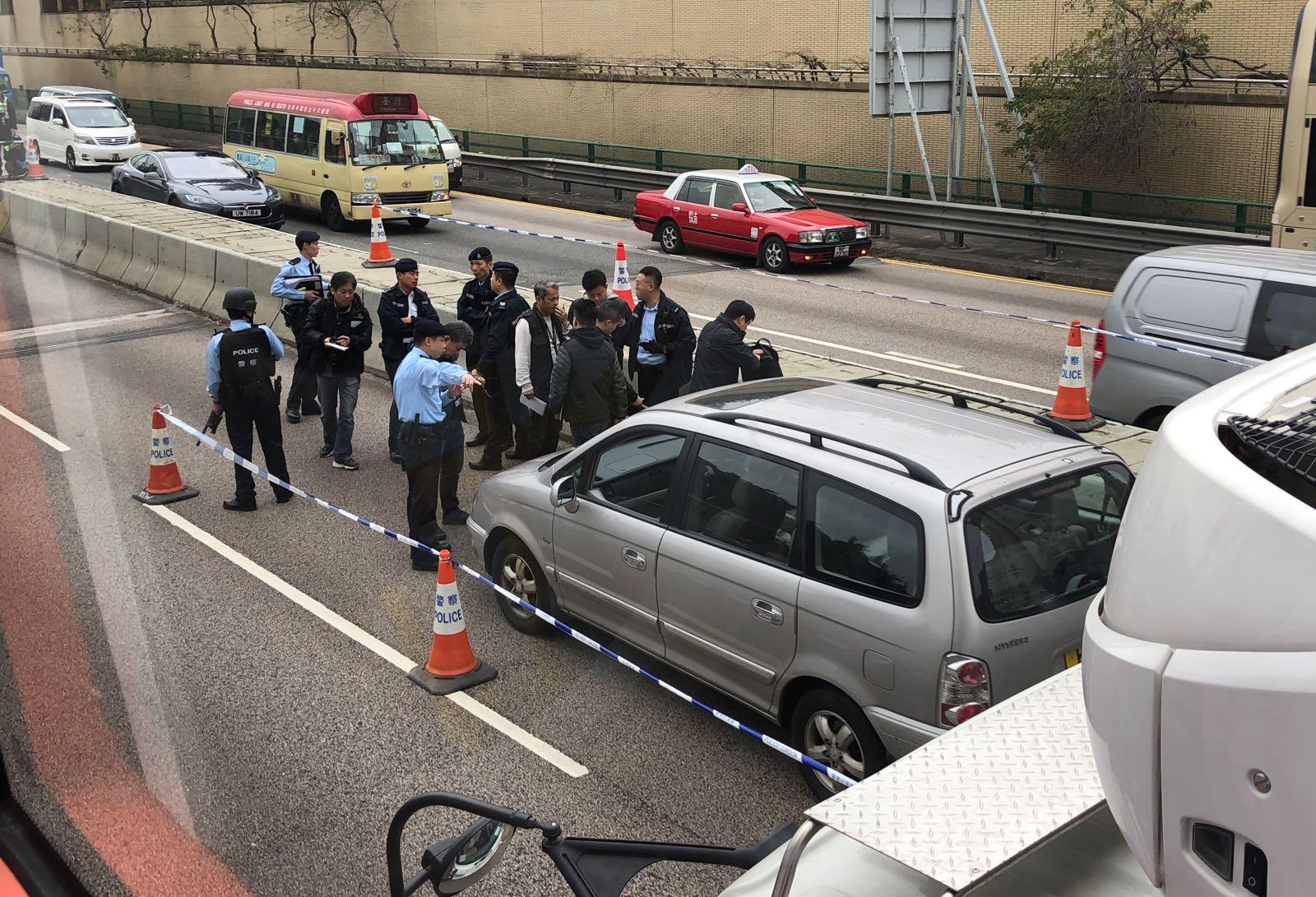 警方路障截查一輛七人車。