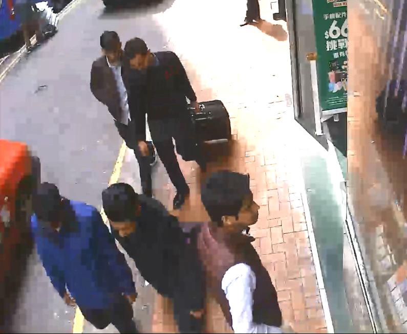 閉路電視畫面見到5人運送行李箱