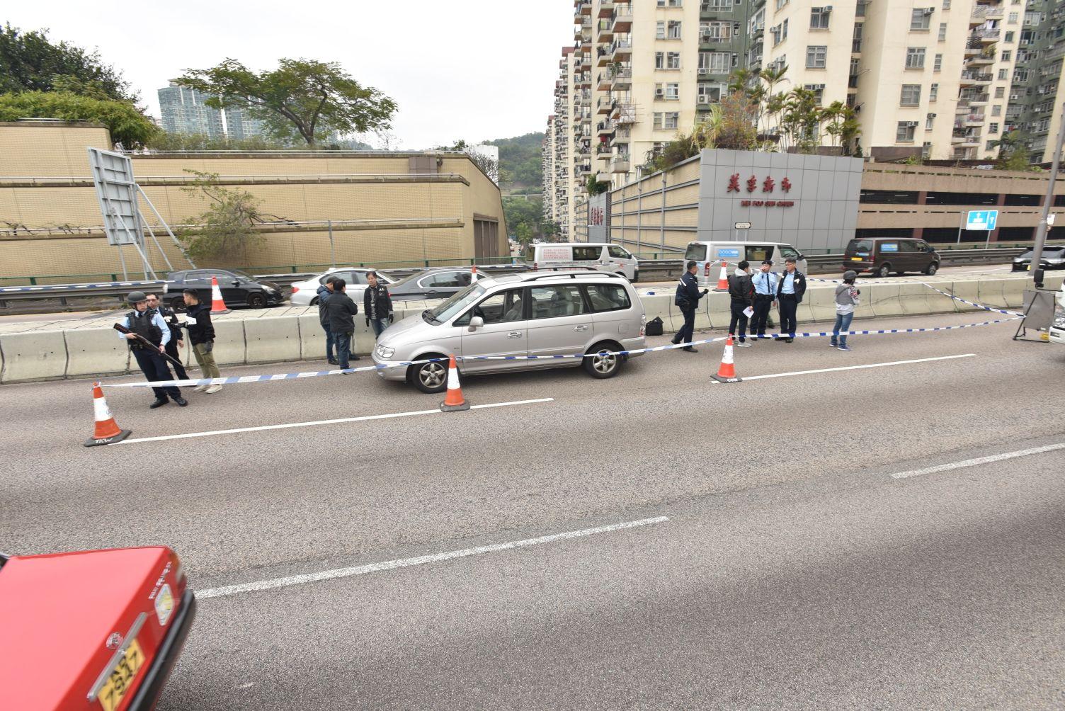 警方在現場調查涉案七人車