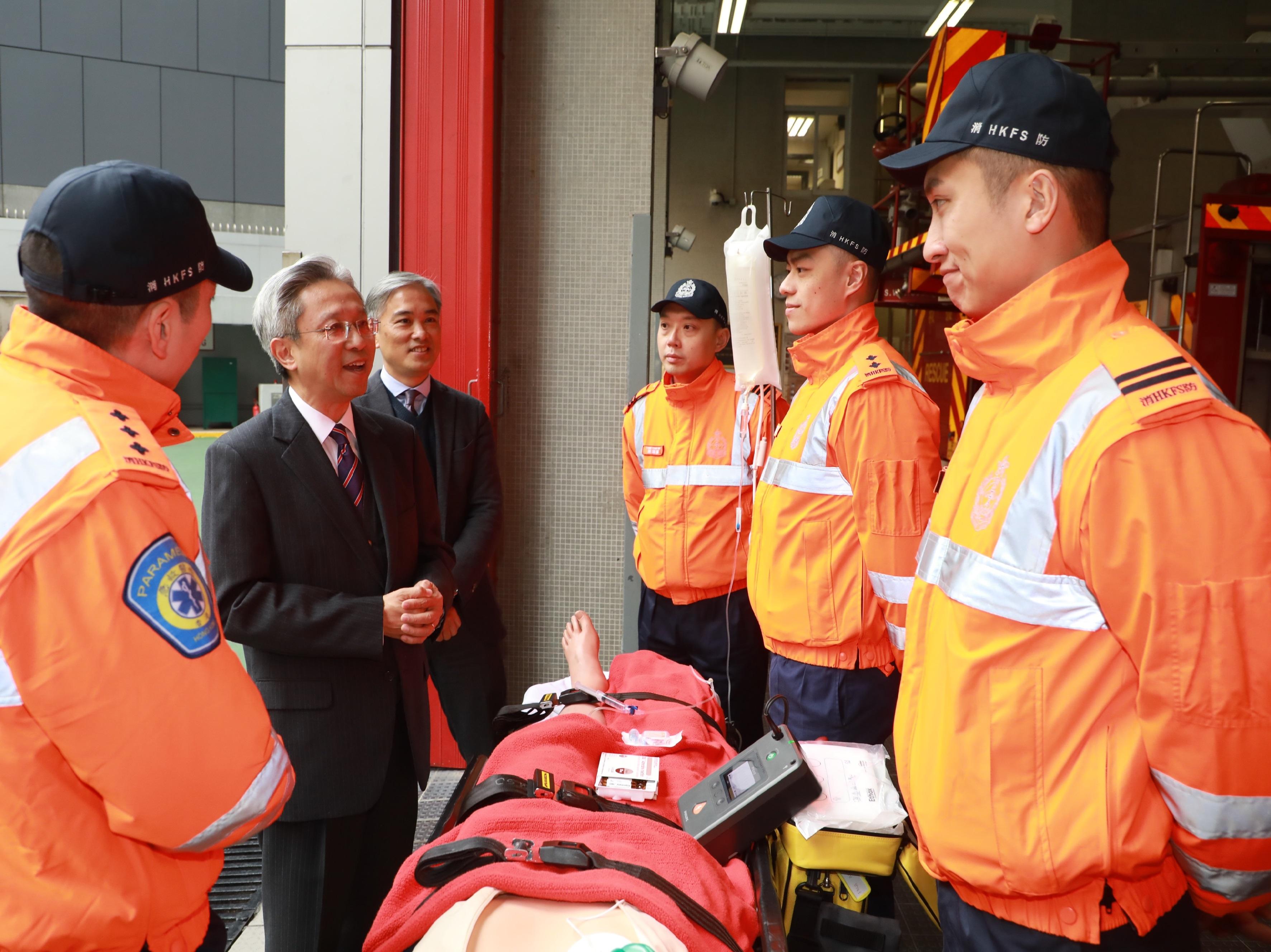 羅智光到訪消防處。政府新聞處圖片