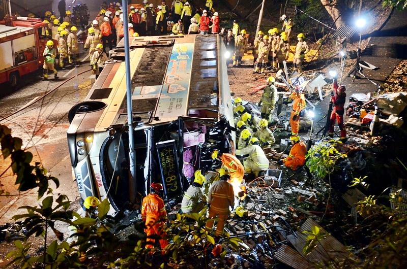 巴士失事翻側,釀18死慘劇。