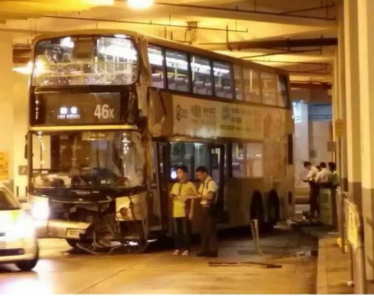 據悉,該巴士當年撞毀鐵欄,車速偏快。網圖