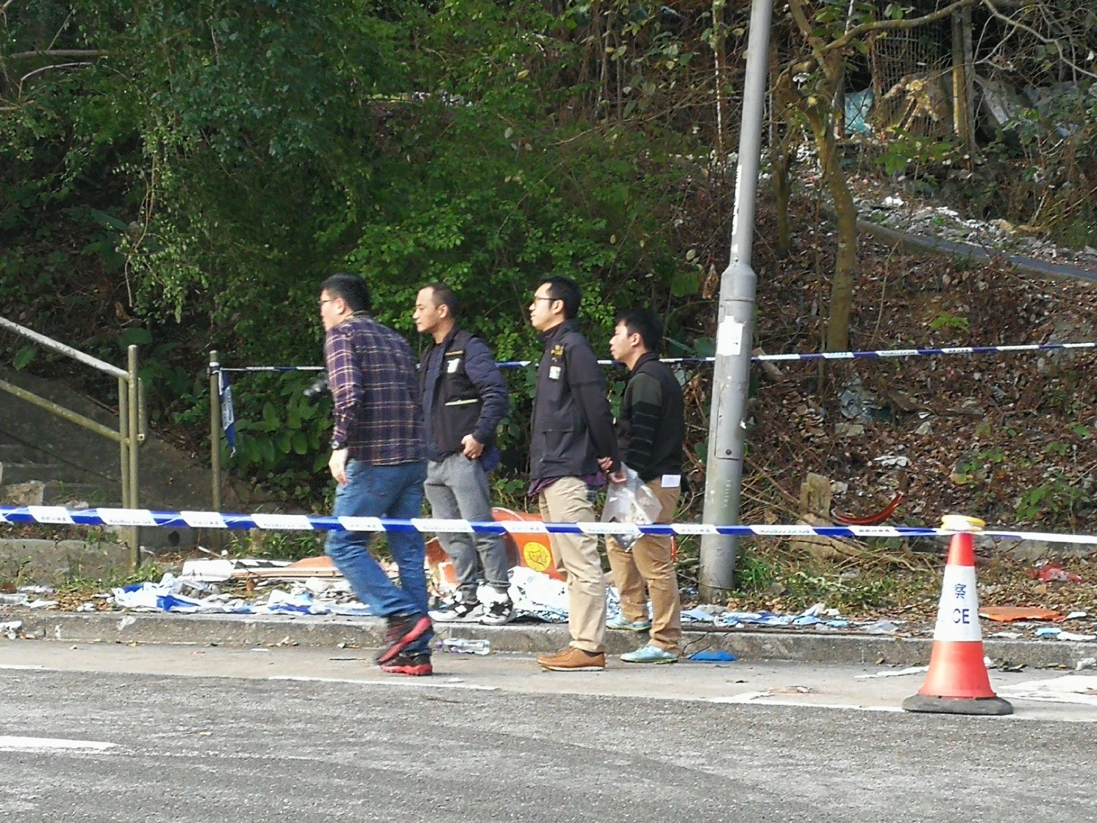 重案組探員天亮後返回現場繼續搜證。