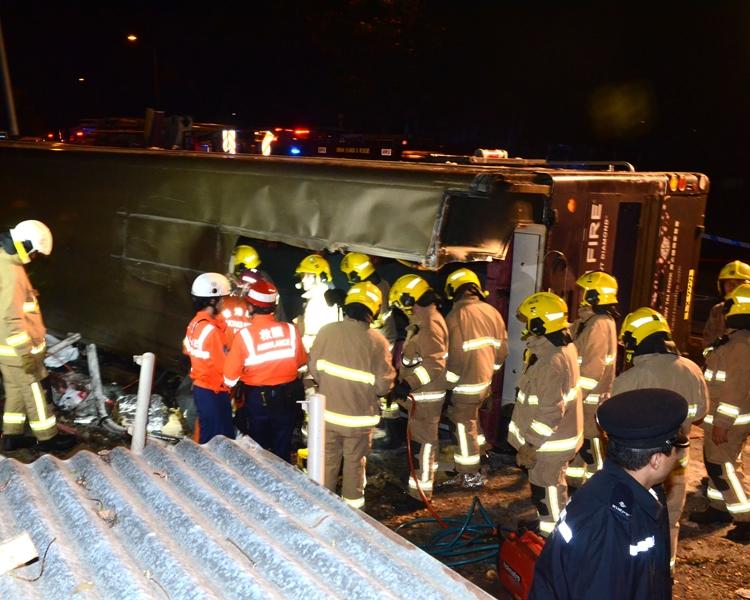 意外後,救援人員趕抵救人。李子平攝
