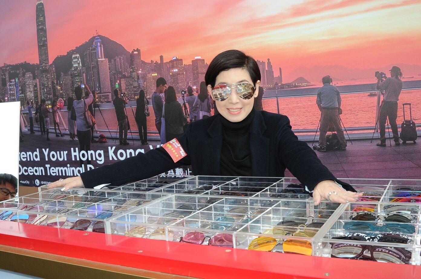黎芷珊賣自家太陽眼鏡