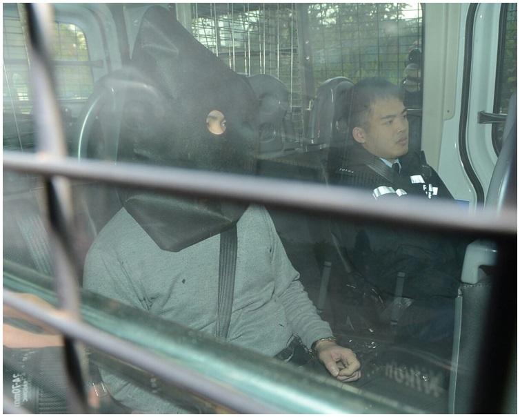被告今早由警車押送上法庭。