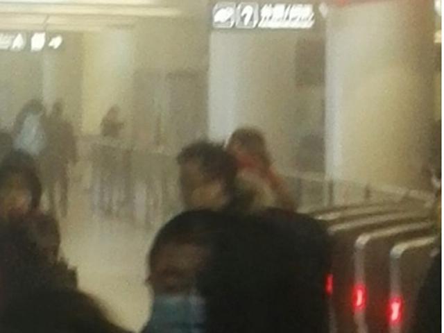 地鐵車站內也充斥著白煙,令不少人感到十分嗆鼻。 網圖