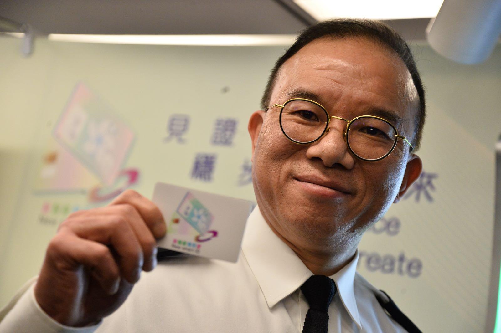 入境處處長曾國衛表示,新一代智能身分證由高質量聚碳酸不碎膠製成。