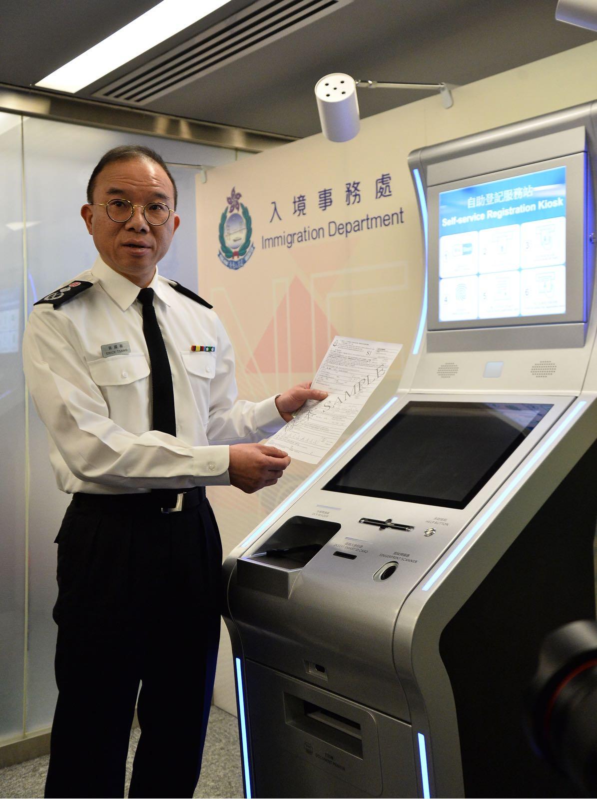 曾國衛指出,每個換領中心新增設至少7部自助登記服務站及3台自助領取證件服務站。