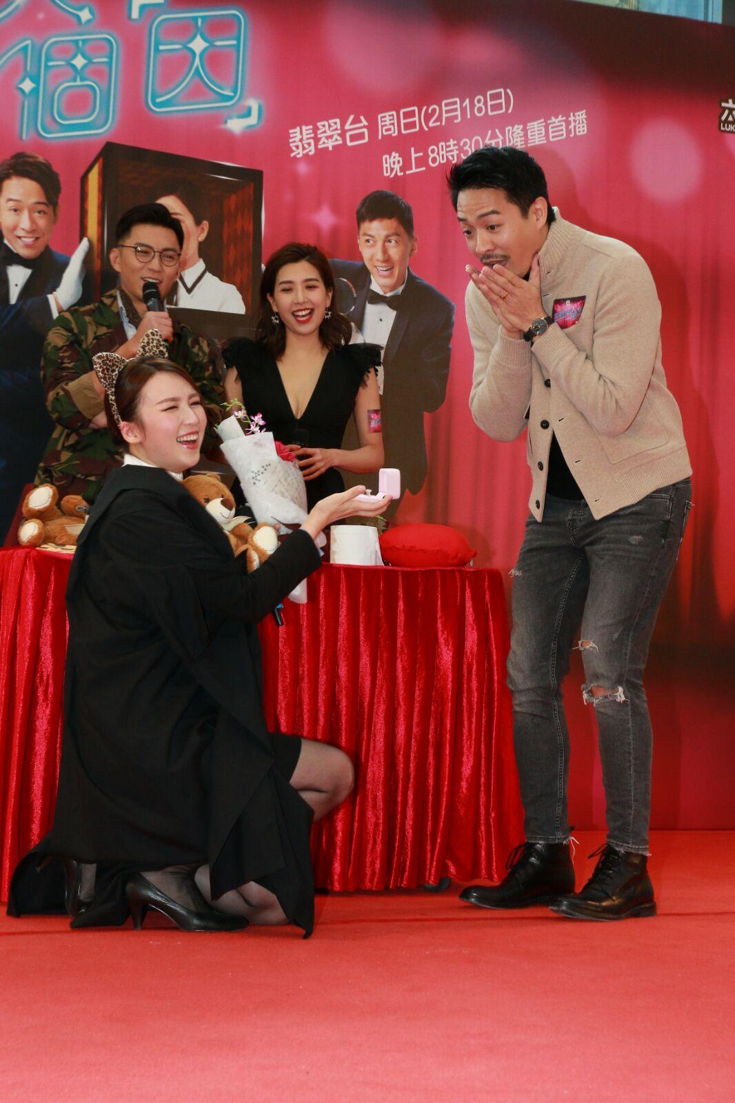 孫慧雪搞笑跪地向陳智燊求婚。