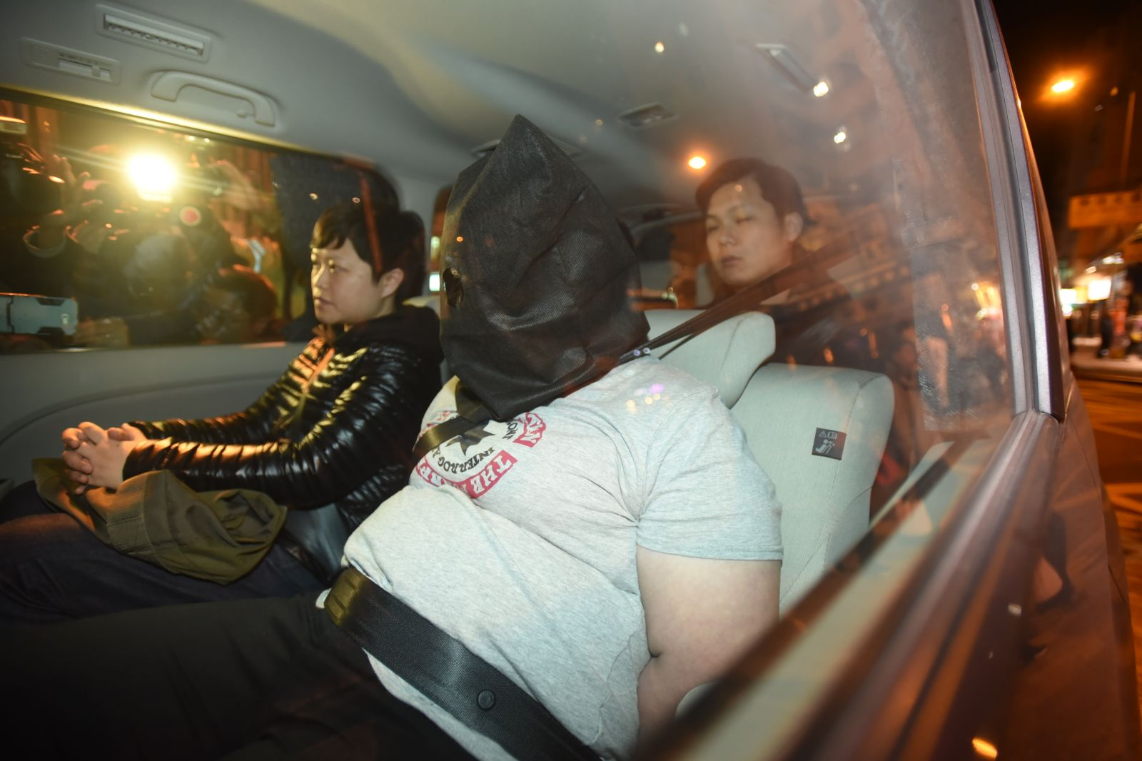 警方拘捕25歲涉案女子(右)。