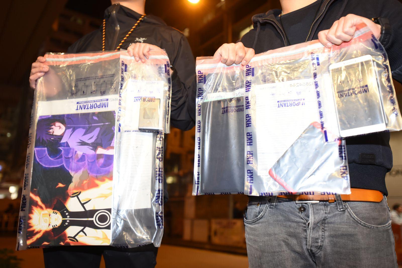 警方檢獲兩部電話、一部平板電腦及一部手提電腦。