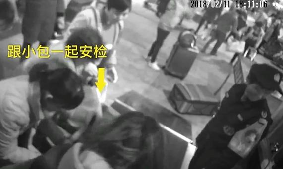 東莞女子爬入X光機護袋。網上圖片