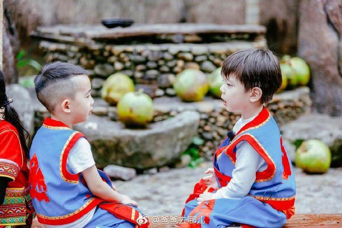 兩位小朋友令不少網民融化。網圖