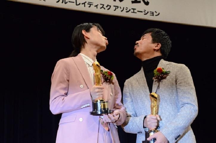 影帝菅田將暉與獲最佳男配角的拍檔梁益俊隔空咀嘴。
