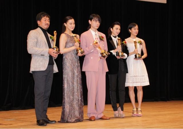 蒼井優(左二)、田中麗奈(右二)分別贏得影后及女配角獎。
