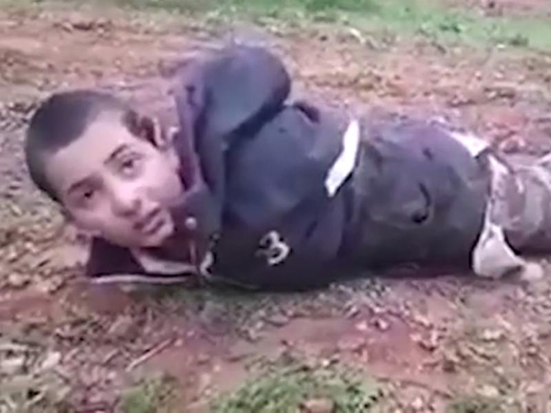 網上流傳影片顯示,敍利亞自由軍活捉了一名IS童兵,後者問道:「你會射殺我嗎?」(網圖)