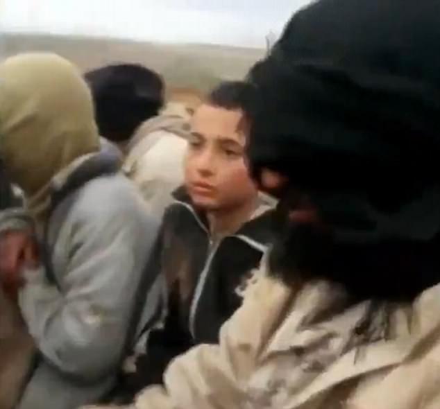 從Twitter發布的照片,還有這名男童跟其他被擄獲的人在貨車上的相片,相信並未遭射殺。(網圖)