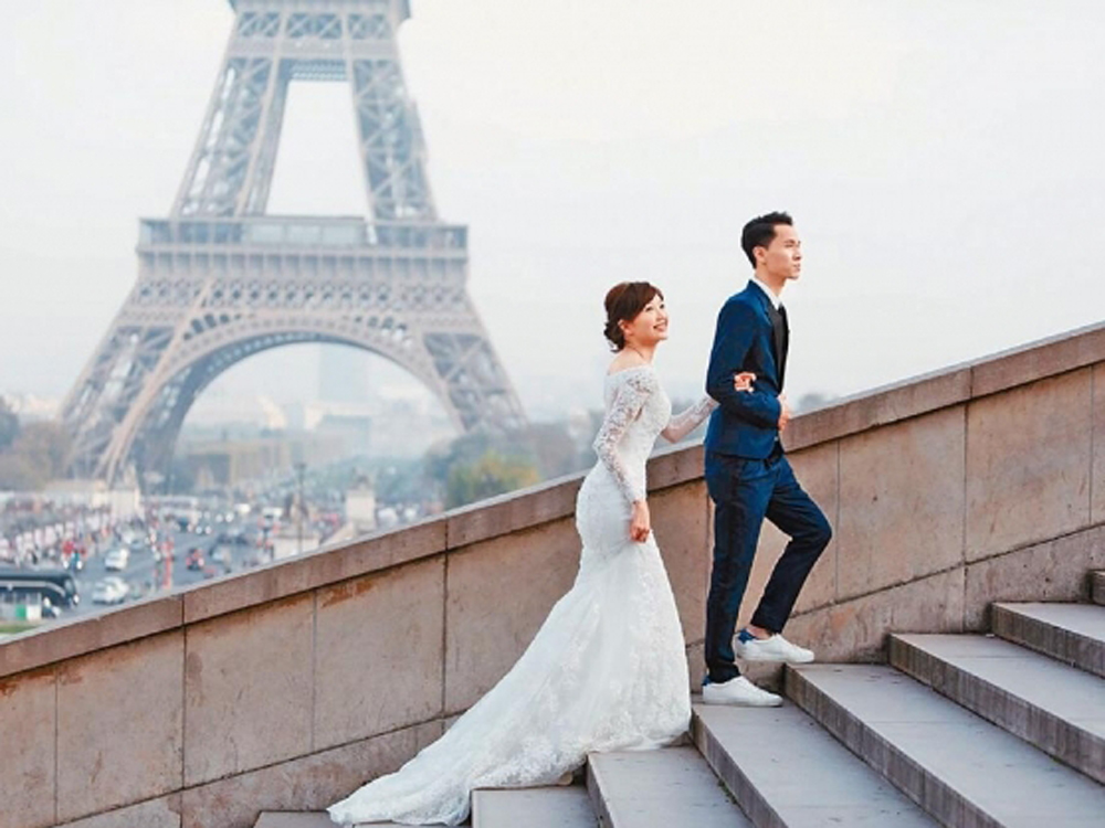 Jinny與老公早前飛去巴黎影婚紗相。