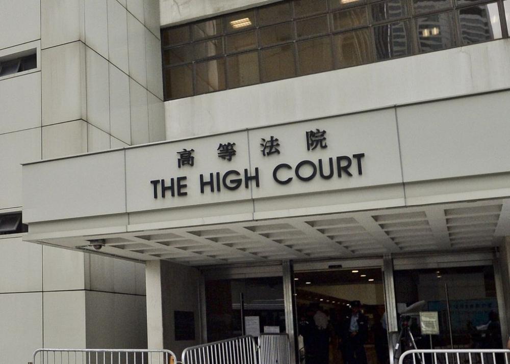 控方開案陳詞時提到於案發當日,被告數次掌摑妻子和徒手勒其頸。