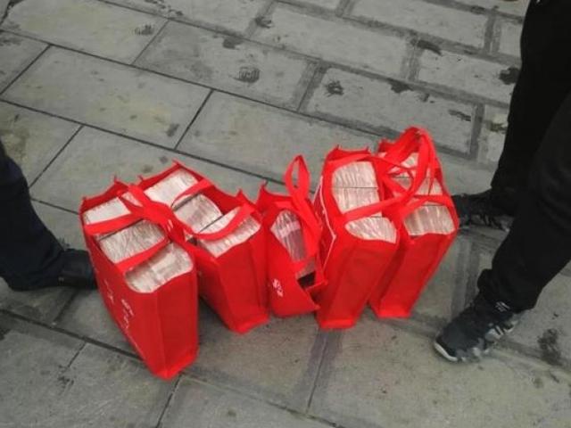380萬元人民幣分別裝在5個環保袋內。 網圖